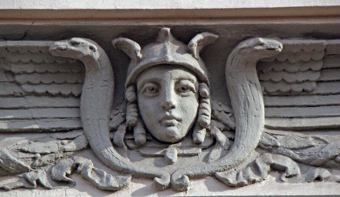 Богиня на доме по адресу: ул. Чаплыгина, 1а. Архитектор Г. Гельрих, 1911 год.